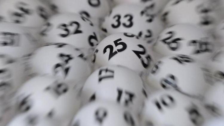 Verschwommene Lottokugeln. Foto: Arne Dedert/dpa/Archiv