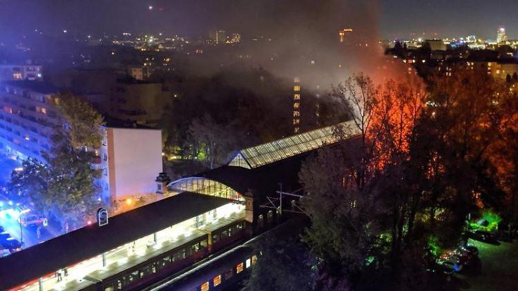 Ein Sonderzug eines privatenBahnunternehmens (vorn) steht brennend im S-Bahnhof Bellevue. Foto: ---/dpa/Archivbild