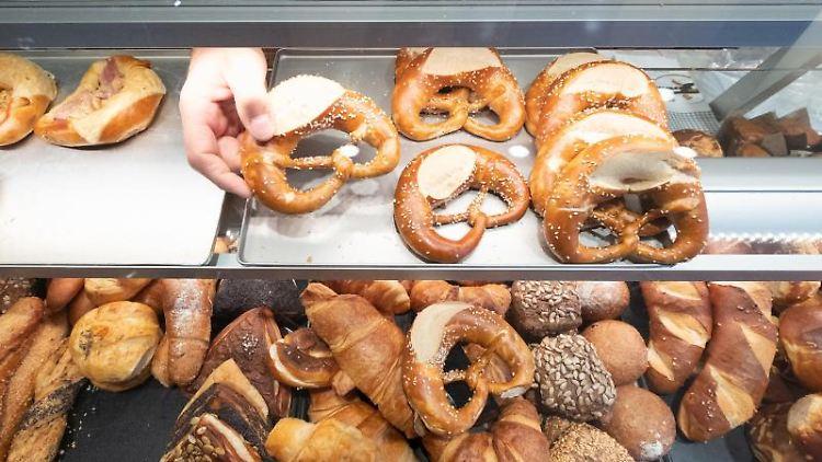 Seit 1989 hat sich die Zahl der Bäckereien, Konditoreien und Fleischereien in Sachsen-Anhalt deutlich verringert. Foto: Bernd Weissbrod/dpa/Archivbild
