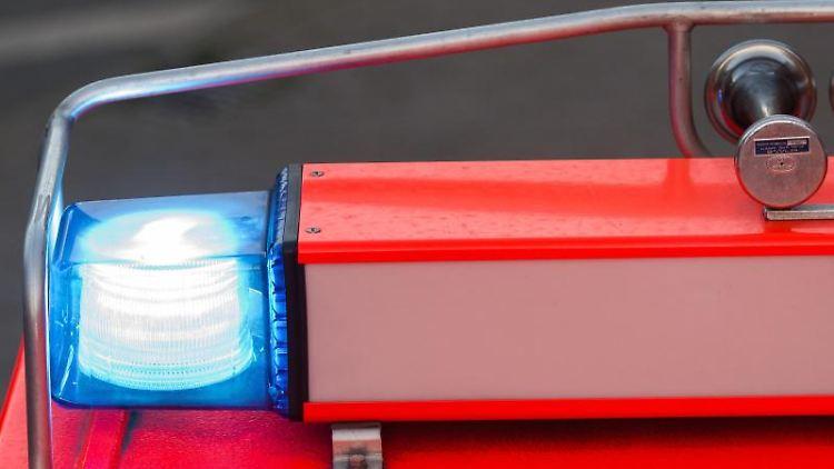 Ein Löschfahrzeug der Feuerwehr mit eingeschaltetem Blaulicht. Foto: Daniel Bockwoldt/dpa