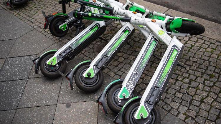 E-Scooter liegen am Straßenrand. Foto: Arne Immanuel Bänsch/dpa/Archivbild