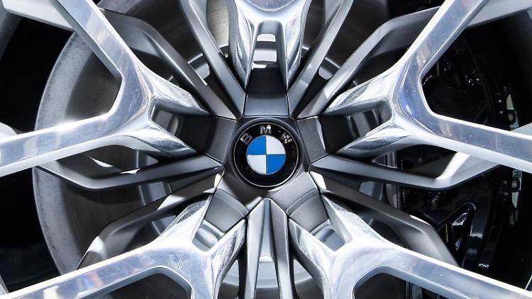 Das BMW-Logo ist in einer Felge eines BMW zu sehen. Foto: Silas Stein/dpa