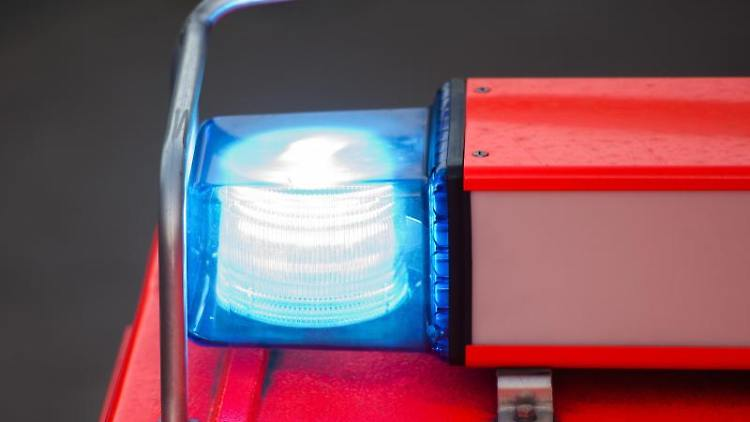 Ein Löschfahrzeug der Feuerwehr steht nach einer Übung mit eingeschaltetem Blaulicht an der Feuerwache. Foto: Daniel Bockwoldt/dpa/Archivbild