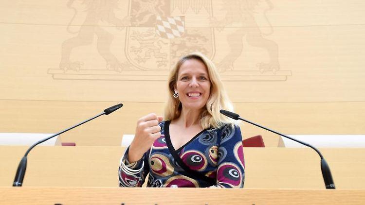 Die neue Abgeordnete Julika Sandt (FDP) steht im Plenarsaal des Bayerischen Landtags am Rednerpult. Foto: Tobias Hase/dpa
