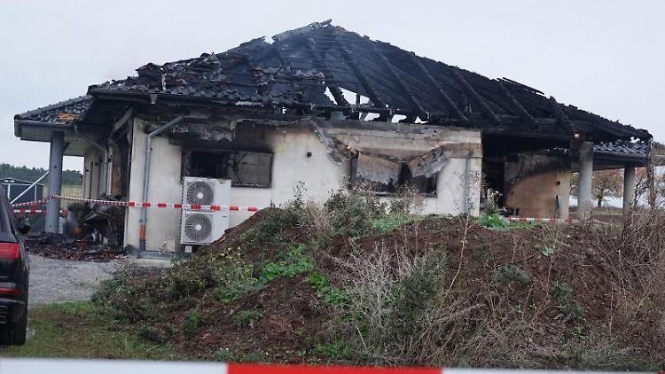 Ein Polizeiband sperrt das Gelände vor dem abgebrannten Wohnhaus in Cattenstedt. Foto: Strauss-News/dpa-Zentralbild/dpa