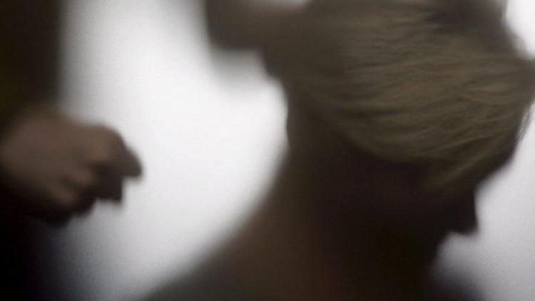 Der Schatten einer Frau und eine Person die eine Faust ballt. Foto: Mikko Stig/Lehtikuva/dpa