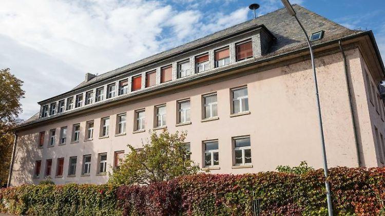 Außenansicht der geschlossenen Grundschule. Foto: Philipp von Ditfurth/dpa