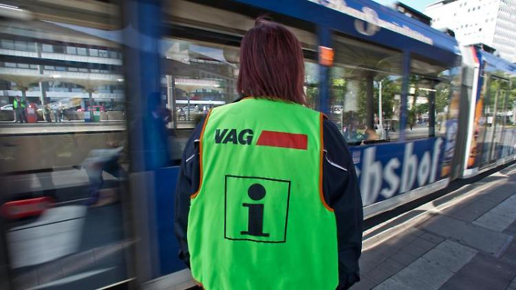 Eine Mitarbeiterin der Nürnberger Verkehrsbetriebe VAG steht auf einem Bahnsteig. Foto: Daniel Karmann/dpa