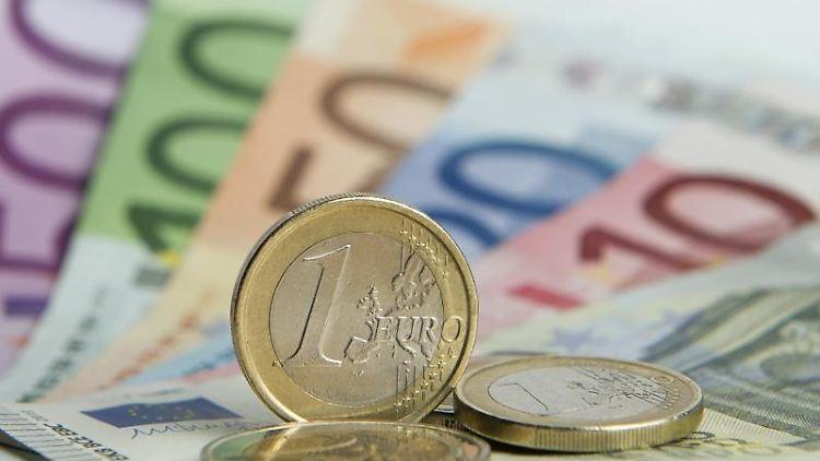 Euro-Münzen liegen auf Euro-Banknoten. Foto: Daniel Reinhardt/dpa/Symbolbild