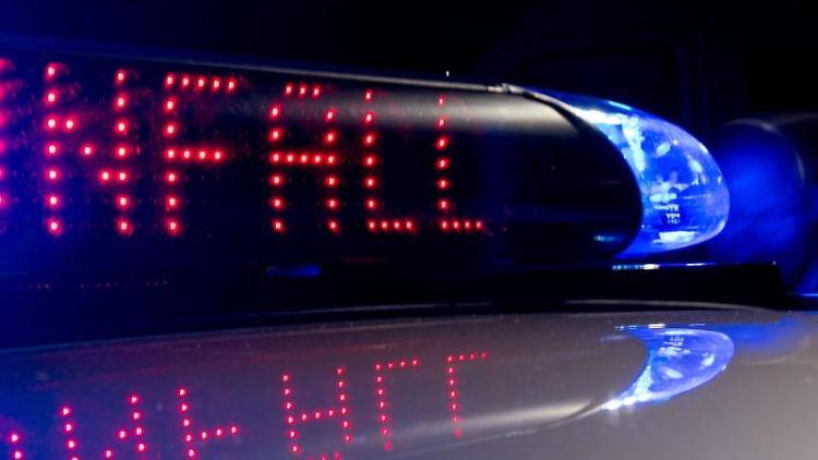 Auf einem Fahrzeug der Polizei ist der Hinweis