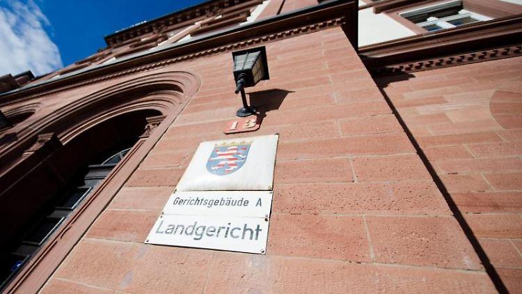Prozessbeginn am Landgericht Darmstadt. Foto: Christoph Schmidt/dpa/Archivbild