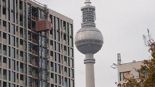 Im Bau befindliche Wohnungen des Bauprojekts Grandaire entstehen in Sichtweite des Fernsehturms. Foto: Jörg Carstensen/dpa