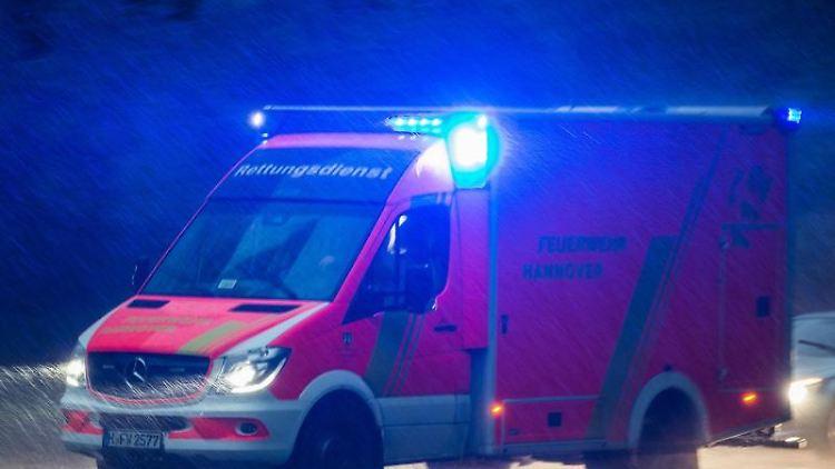 Ein Krankenwagen fährt mit Blaulicht über eine Straße. Foto: Silas Stein/dpa/Archivbild