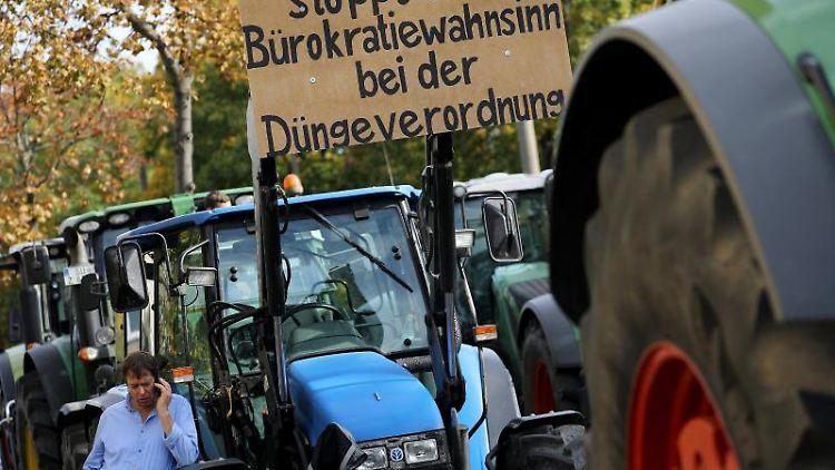 Bauern demonstrieren mit Transparenten mit der Aufschrift