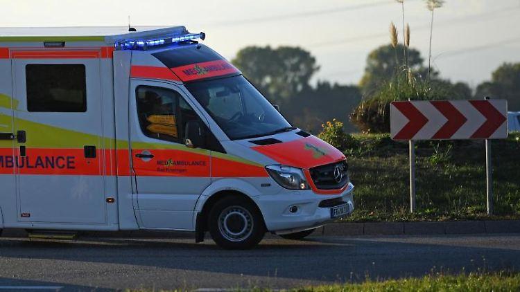 Ein Rettungswagen fährt mit Sondersignal durch einen Kreisverkehr. Foto: Patrick Seeger/dpa/Archivbild