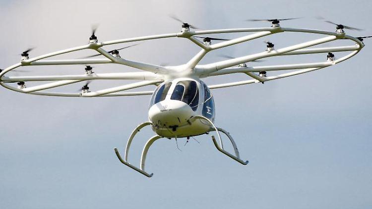 Ein Volocopter fliegt durch die Luft.jpg