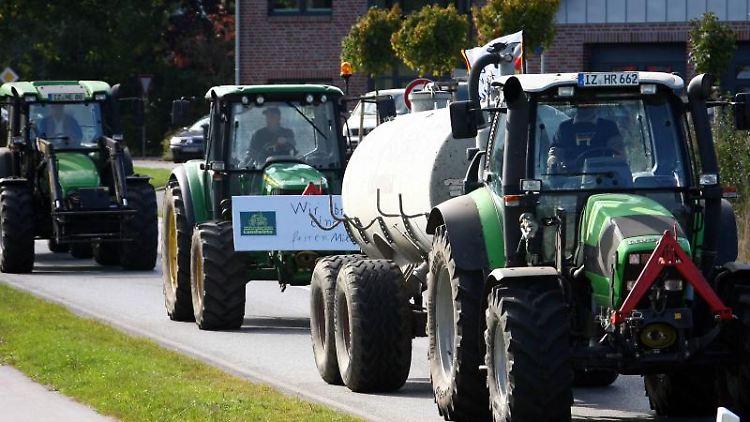 Mit ihren Traktoren fahren Bauern im schleswig-holsteinischen Hohenwestedt in Richtung Rendsburg. Foto: Carsten Rehder/dpa