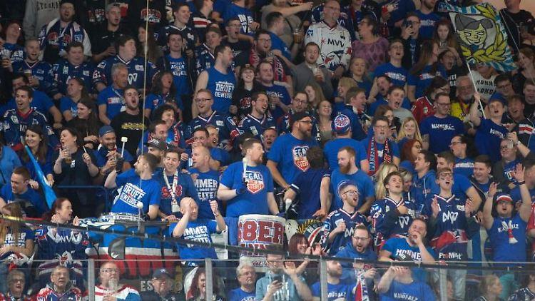 Mannheimer Fans feiern. Foto: Timm Schamberger/dpa/Archivbild