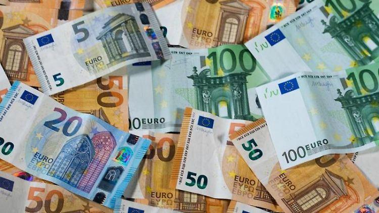 Verschiedene Geldscheine liegen auf einem Haufen. Foto: Jens Büttner/zb/dpa/Archivbild