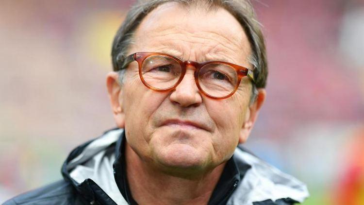 Ewald Lienen steht im Stadion. Foto: Uwe Anspach/dpa