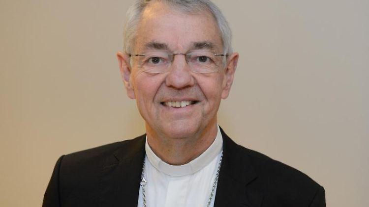 Der Erzbischof von Bamberg, Ludwig Schick, lächelt. Foto: Timm Schamberger/dpa