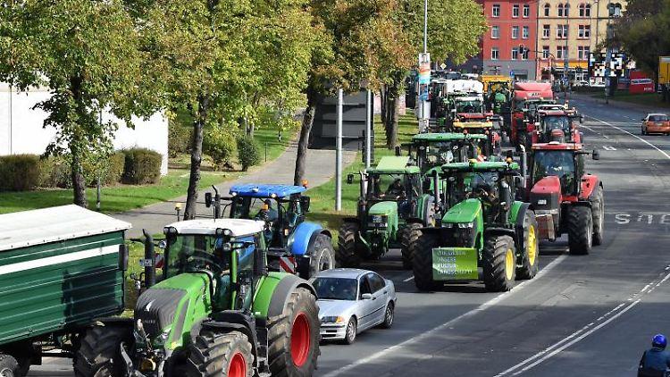 Mit einem Traktorkorso beteiligen sich Thüringer Bauern an den bundesweiten Protestaktionen. Foto: Martin Schutt/dpa-Zentralbild/dpa
