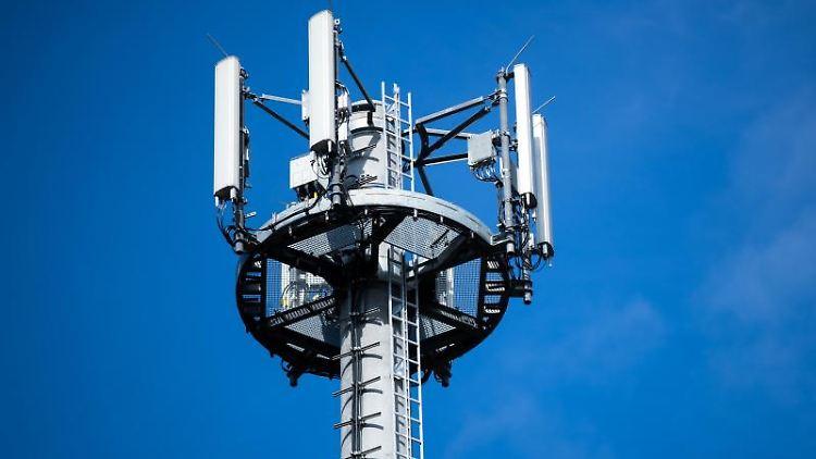 Ein Mast mit verschiedenen Antennen steht vor blauem Himmel. Foto: Jens Büttner/zb/dpa/Archivbild
