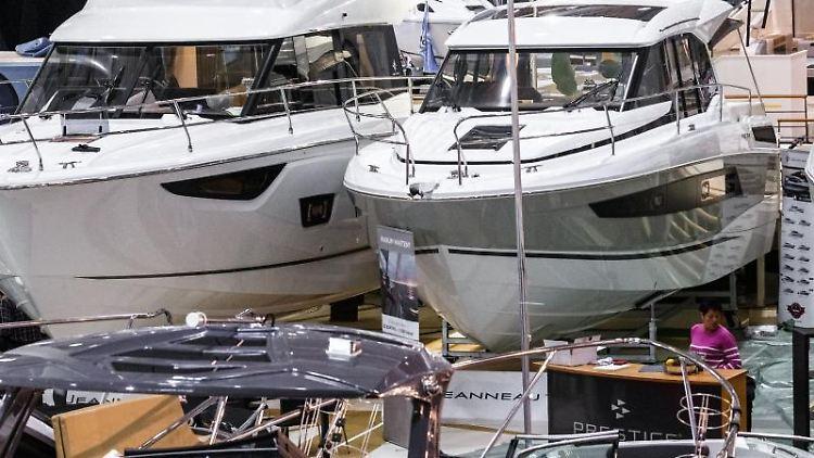 Boote verschiedenster Größen, Typen und Klassen stehen in den Hallen der Messe Hamburg. Foto: Markus Scholz/dpa