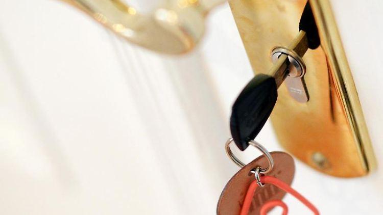 Ein Schlüssel steckt im Schloss einer Airbnb-Ferienwohnung. Foto: Jens Kalaene/zb/dpa/Archivbild