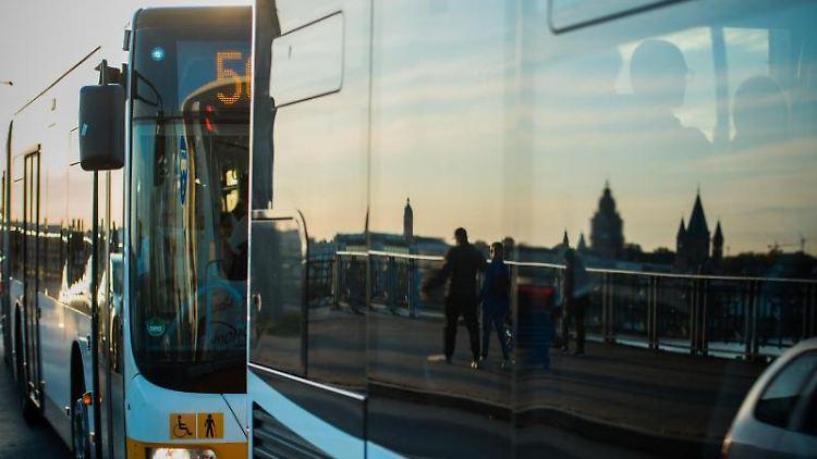 Die Mainzer Skyline spiegelt sich in einem Stadtbus auf der Theodor-Heuss-Brücke. Foto: Andreas Arnold/dpa