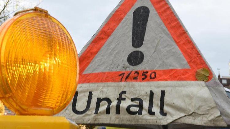 EinWarnschild weist auf einen Unfall hin. Foto: Patrick Seeger/dpa/Archivbild