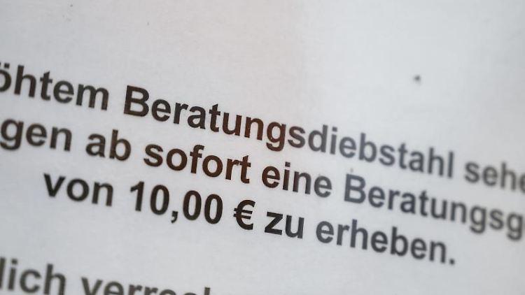 In einer Vitrine des Baumarkts Ludwig Ohlendorf hängt ein Schild, das auf eine Beratungsgebühr hinweist. Foto: Christophe Gateau/dpa/Archivbild