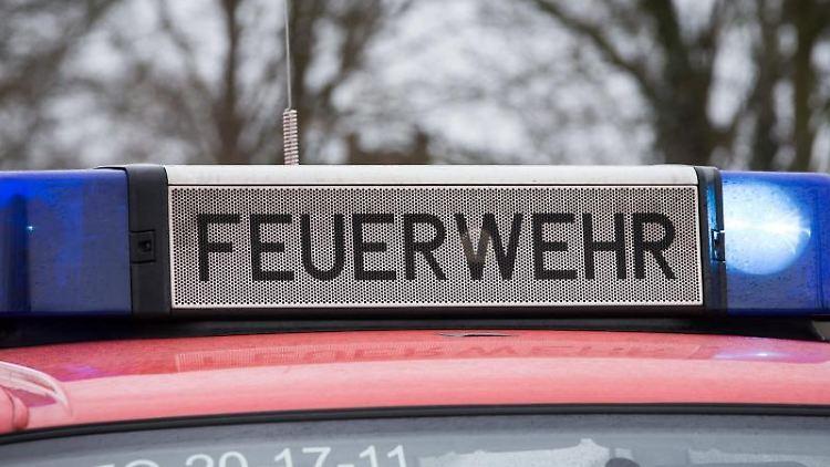 Das Blaulicht eines Feuerwehrautos leuchtet. Foto: Friso Gentsch/dpa/Archivbild