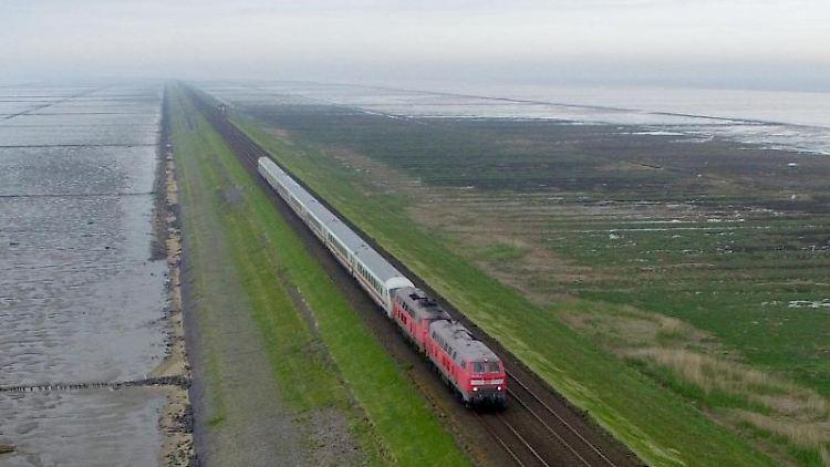 Ein Zug der Deutschen Bahn fährt über den Hindenburgdamm zwischen Sylt und Niebüll. Foto: Carsten Rehder/dpa/Archivbild