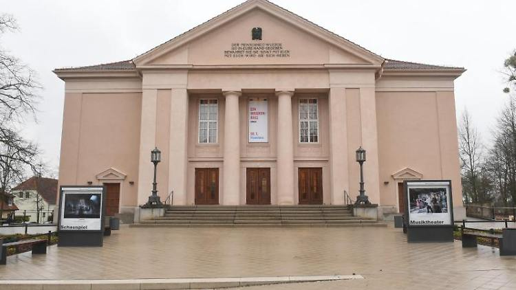 Das Große Haus des Landestheaters Neustrelitz. Foto: Stefan Sauer/dpa/Archivbild