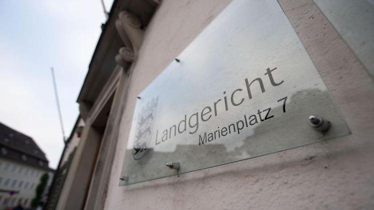 Ein Hinweisschild hängt an der Fassade des Landgerichtes. Foto: Marijan Murat/dpa