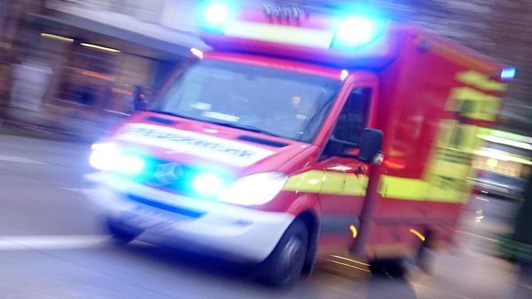 Ein Rettungswagen der Feuerwehr mit Blaulicht fährt eine Straße entlang. Foto: Katharina Redanz/dpa