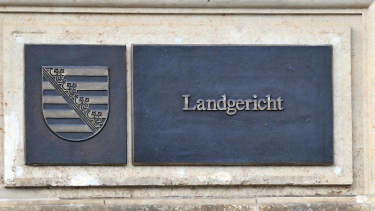 Hinweisschild am Landgericht Dresden. Foto: Matthias Hiekel/zb/dpa