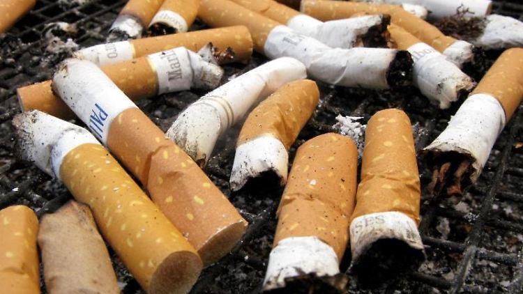Zigarettenkippen liegen in einem Aschenbecher. Foto: Stephan Jansen/dpa