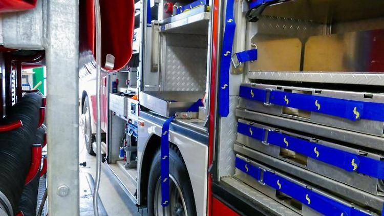 Ein ausgeräumtes Feuerwehrauto steht in der Wache der Freiwilligen Feuerwehr Dortmund-Nette. Foto: Feuerwehr Dortmund/dpa