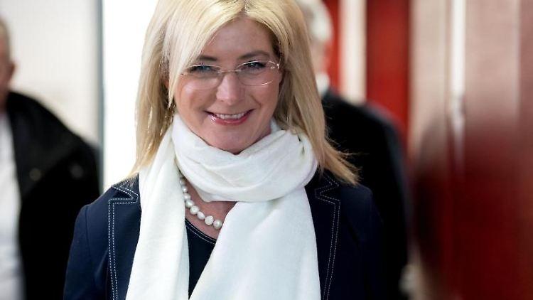 Ulrike Scharf (CSU lächelt in die Kamera. Foto: Sven Hoppe/dpa