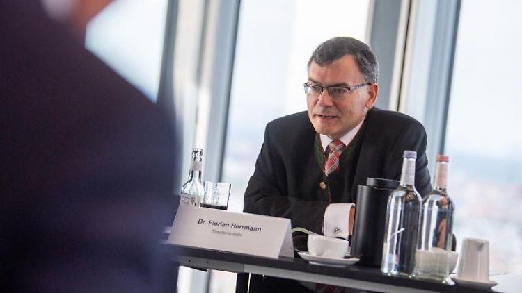 Florian Herrmann (CSU) auf einer Pressekonferenz. Foto: Lino Mirgeler/dpa