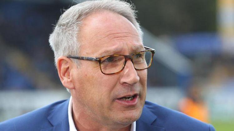Darmstadts Präsident Rüdiger Fritsch beantwortet Fragen vor Spielbeginn. Foto: Thomas Frey/dpa/Archivbild