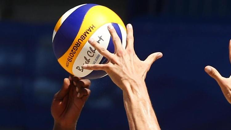 Ein Volleyball fliegt während eines Spiels durch die Luft. Foto: Christian Charisius/dpa/Archivbild