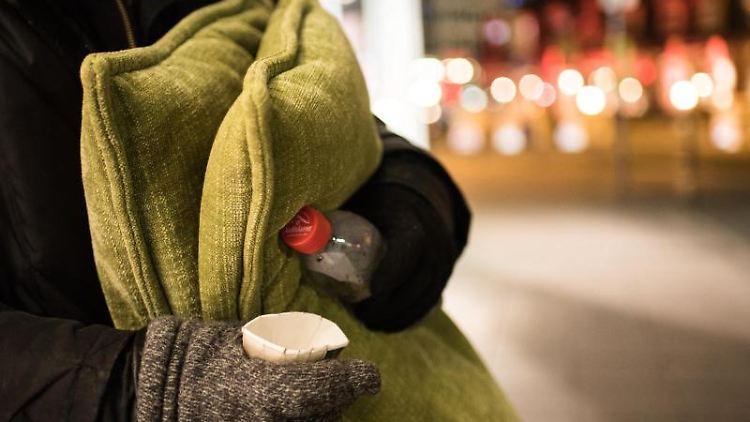 Ein Obdachloser steht bei Temperaturen unter Null Grad in der Innenstadt. Foto: Andreas Arnold/dpa/Archivbild