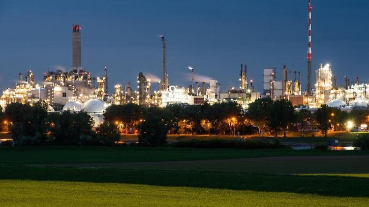 Der Produktionsstandort des Chemie-Unternehmens BASF ist hell erleuchtet. Foto: Andreas Arnold/dpa/Archivbild