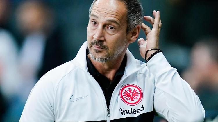 Frankfurts Trainer Adi Hütter kommt ins Stadion. Foto: Uwe Anspach/dpa/Archivbild
