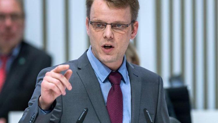 Nikolaus Kramer spricht im Landtag. Foto: Jens Büttner/zb/dpa