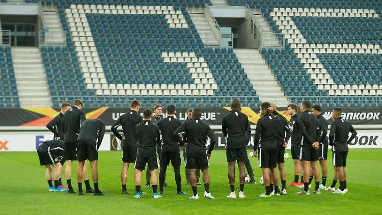 Spieler des VfL Wolfsburg bei einer Trainingseinheit vor dem Spiel. Foto: James Arthur Gekiere/BELGA/dpa