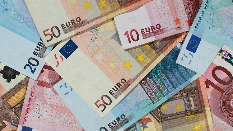 Banknoten von 50, 20 und 10 Euro, liegen auf einem Haufen. Foto: Jens Wolf/zb/dpa/Archivbild